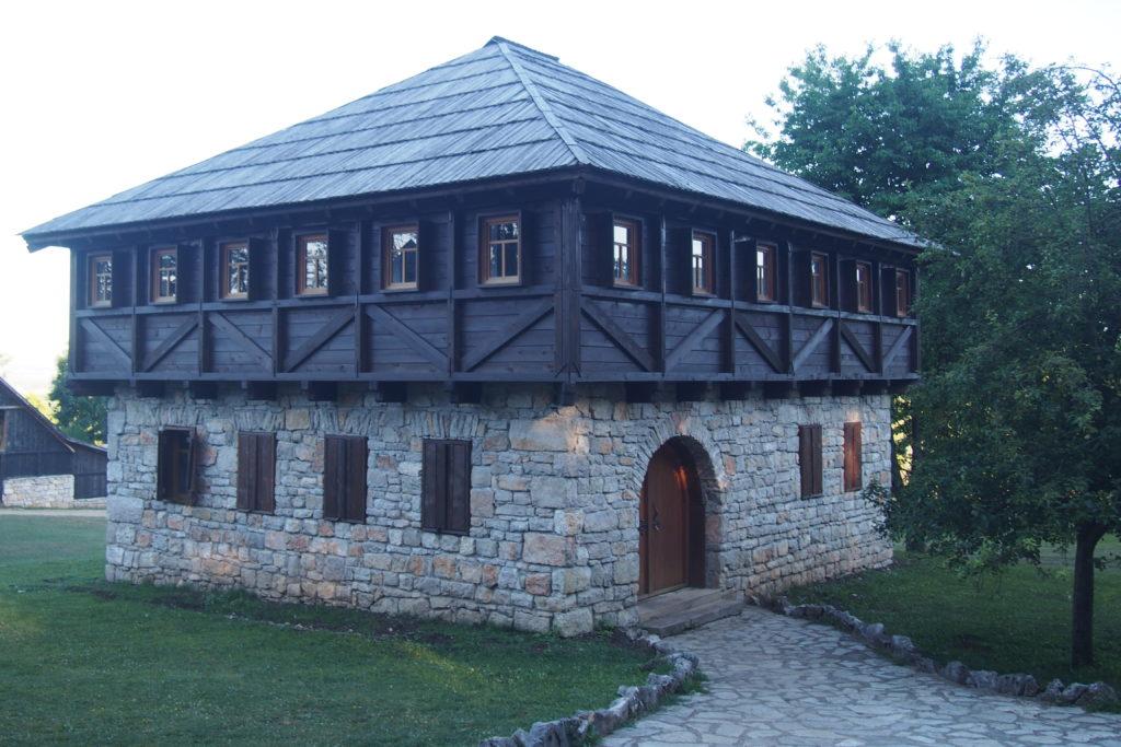 Jedna ze staveb v etno vesničce Čardaklije v obci Vrtoče